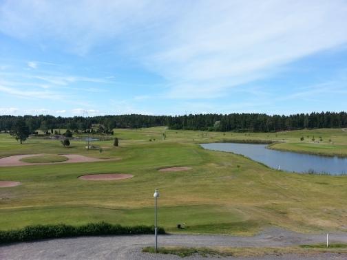 Kultaranta Golf. Ykkösen tiiboksi klubin terassilta katsottuna