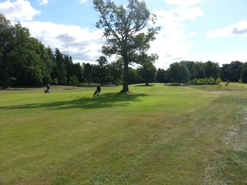 Aura Golf. Väylä 2, par 4 400 m.