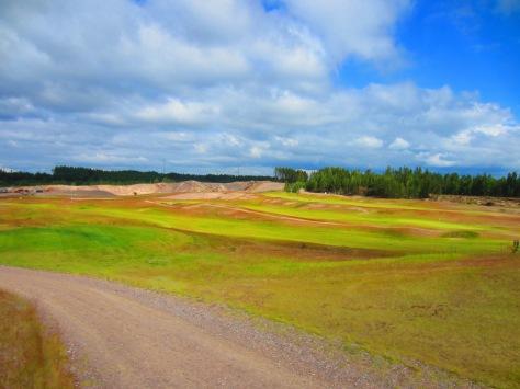 Koko etuyhdeksikkö, ja käytännössä muutamaa reikää lukuunottamatta koko kenttä on rakennettu hiekkakuoppaan.