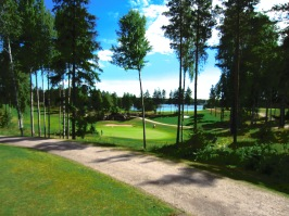 Etelä-Saimaan Golf. Ykköstii, josta näkyy Saimaan kanava taustalla sekä väylä 9.