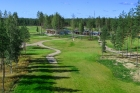 Holiday Club Saimaa klubitalo ja ykkösväylä. Kuva kentän verkkosivulta.